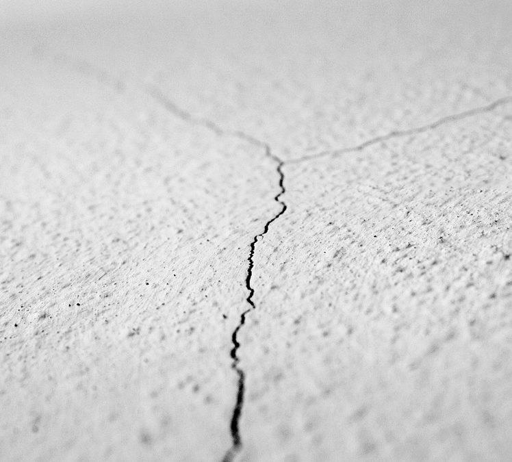 Cómo reparar grietas y fisuras en paredes y techos