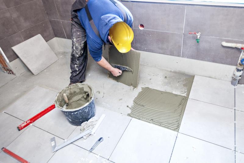 Instalación de azulejos por un teselas